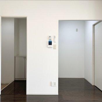 そんなクローゼット脇に玄関と、右側にキッチン。間取りは1Kですが一体の空間なので1R的な造りです。