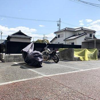 自転車やバイク置場は裏側に。左側の奥にも続いています。