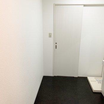 この左側の壁が一面真っ白に空いているので、ズラっとお気に入りアイテムを並べたいな〜。