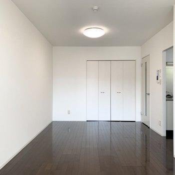 縦長のお部屋なので、窓側をベッドルーム、キッチン近くをダイニングなど、ゆるくゾーニングできそう◎