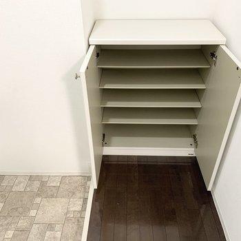 シューズボックスは1段に3足くらいのサイズ感の可動棚。タタキスペースもゆったりです。