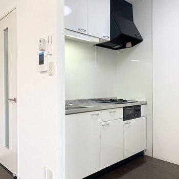 こちらはキッチン。しっかり開口があるので薄手のカーテンを引いたらお部屋全体のお料理のニオイ対策になりそう◎