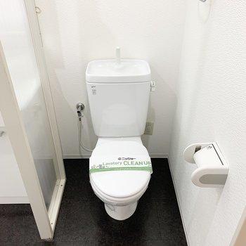 奥がおトイレ。コンセントがあるのでウォシュレットの後付けも可能です。