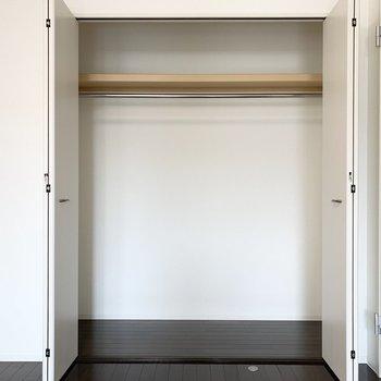 クローゼットは長いハンガーパイプ付きで、ひとりの荷物なら十分そうな容量です。