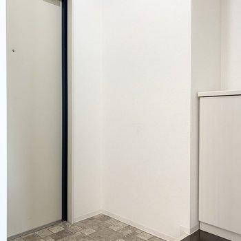 お部屋のドアとL字の配置で玄関ドアが。