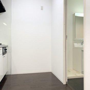 冷蔵庫やキッチン家電の置けるゆとりもありますよ◎そして後ろに水廻り。