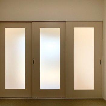 和室は光を通す引戸で間仕切り。