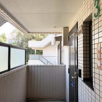 玄関の前には緑の見える共用廊下。