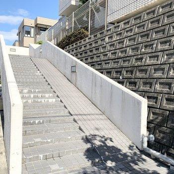 傾斜地に建っているので駐車場と反対側は階段でのアプローチになっていました。
