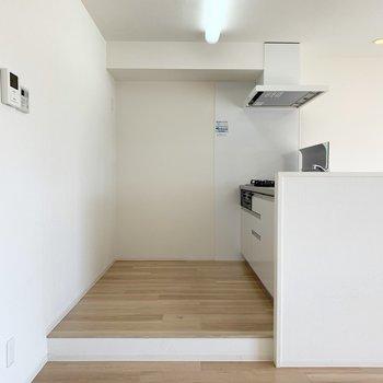 キッチンは1段上がった空間に。同じ空間の中でもちょっとした変化を。