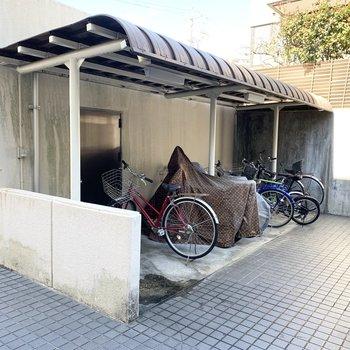 駐輪場はエントランスの前に。