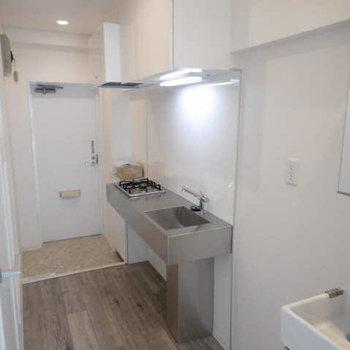 冷蔵庫はキッチンと洗面台の間へ