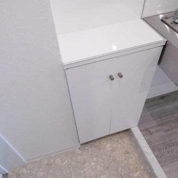 靴箱の上には鍵などを置けるお皿を準備したいですね