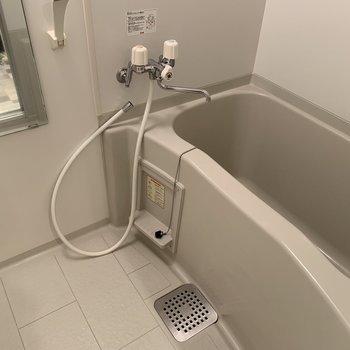 お風呂場もゆとりあります。水抜きのためシャワーホースが外れておりました