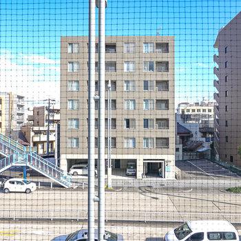 ネットが張られていますが、眺望はスッキリ。目の前には大通りが通っています。