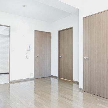 右から洋室・脱衣所・玄関・キッチンへのドア。