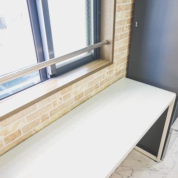 キッチン家電は後ろのスペースに。このように台を置くといいかも。(※家具はサンプルです)