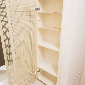 隠せる収納にはお気に入りの化粧水や乳液などを収納。