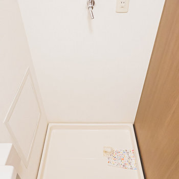 洗面台右手には洗濯機置き場。