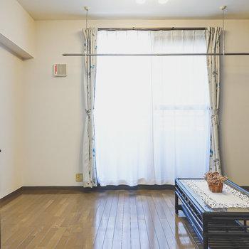 LDは約9.7帖。ソファにローテーブル、ダイニングテーブルも置ける広さです。(※家具はサンプルです)