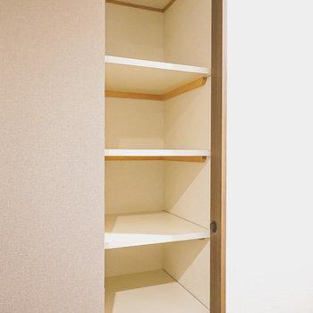 トイレの右手には棚収納。小物置き場にピッタリ!