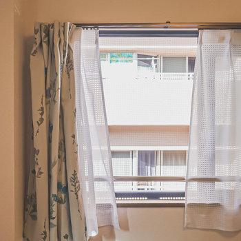 お部屋の窓の外はお隣さんの建物。(※家具はサンプルです)