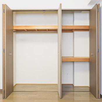 クローゼットは左半分がハンガーパイプ、右半分が押し入れで使い分け可能。(※家具はサンプルです)