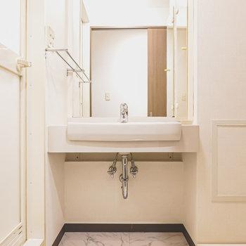 脱衣所入ると正面に大きな鏡の洗面台!