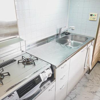 スペース広めのワークトップで調理もスルスル!(※家具はサンプルです)