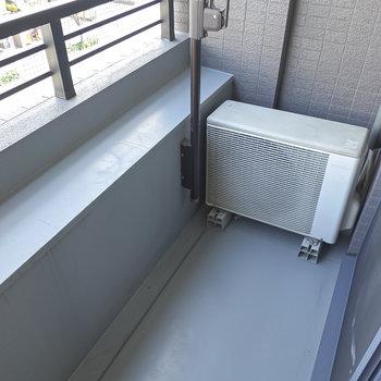 物干し竿が低い位置にあるので洗濯物が周りから目立ちにくいベランダ。