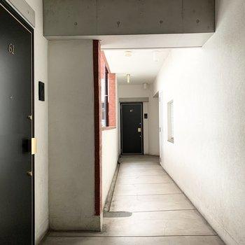 共用廊下も重厚感あるデザイン。