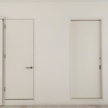 水廻りは洋室のこちらのドアから。