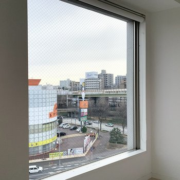 窓の外には千代田の街並み。