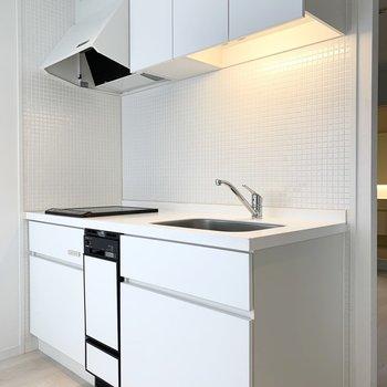 白いキッチンと白いタイルが素敵◎