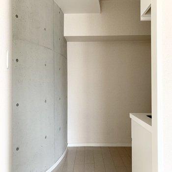Rを描いたコンクリートが特徴的なキッチンスペース。(※写真はクリーニング前のものです)