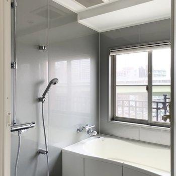 お向かいには浴室が。なんとヘッドシャワー付!(※写真はクリーニング前のものです)