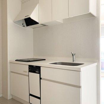 白いキッチンと白いタイルが素敵です。(※写真はクリーニング前のものです)