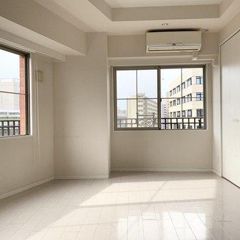 窓がたっぷりの明るい空間です。(※写真はクリーニング前のものです)