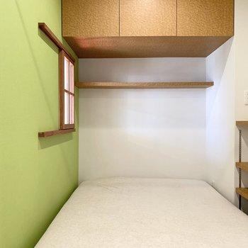 その小窓の奥がベッドルーム。