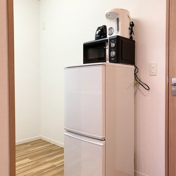 後ろの空間もゆったりしているので色々と物が多くなってしまうキッチン周りには嬉しいですね。