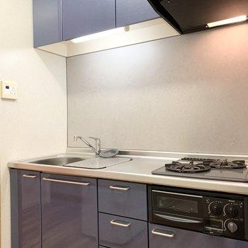 良い色味のブルーのキッチン。