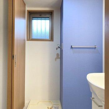 左手に洗濯機置場。クロスのカラーも素敵だし、小窓も嬉しいポイント◎