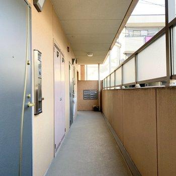 共用廊下はオープンで明るい空間。