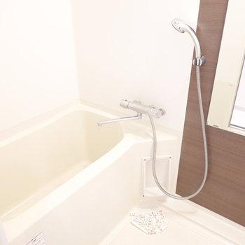 お風呂は木目調のパネルで居心地良く。