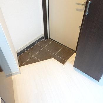 玄関はキッチン横に。少しコンパクトですがひとりなら問題無さそう。