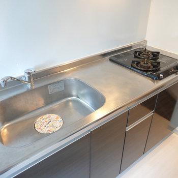 2口コンロに調理スペースとシンクも広め。自炊がゆったりできそう。