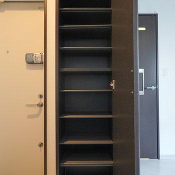 靴箱は天井まであるトールサイズ。棚の高さも変えられます。