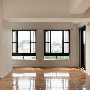 両サイドが開く窓。2種類の大きな窓のあるお部屋です。(※写真は8階の同間取り別部屋のものです)