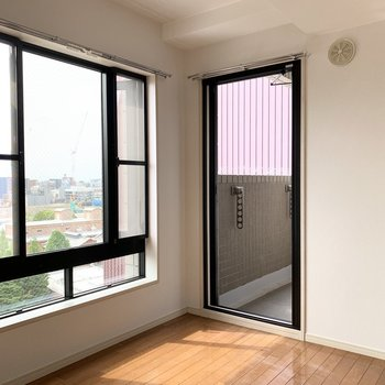 実はこちらにガラスのドアが。(※写真は8階の同間取り別部屋のものです)