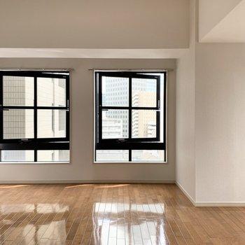 ななめに開く窓と、(※写真は8階の同間取り別部屋のものです)